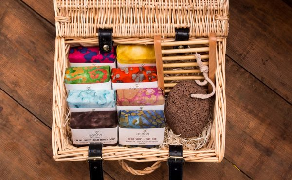 Подаръчна плетена кошница от ракита с натурални ръчно изработени сапуни и аксесоари за баня от естествени материали.
